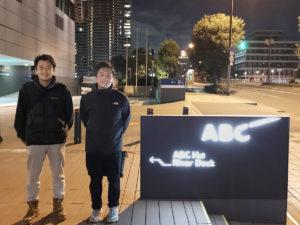 ABC放送局の前で記念撮影!